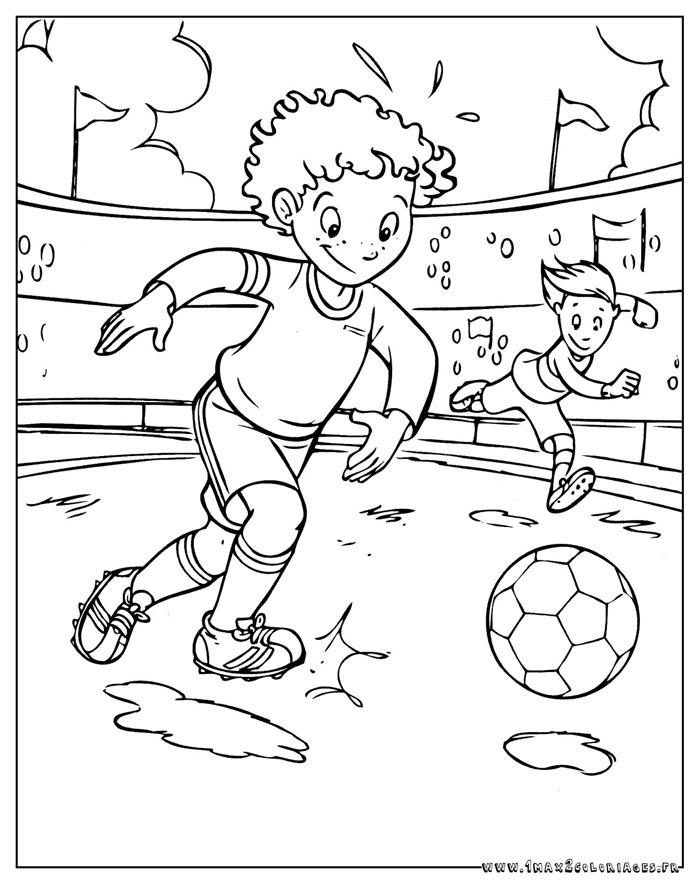 Coloriages Football A Imprimer Et A Colorier Le Jouer De Foot Lance Une Attaque